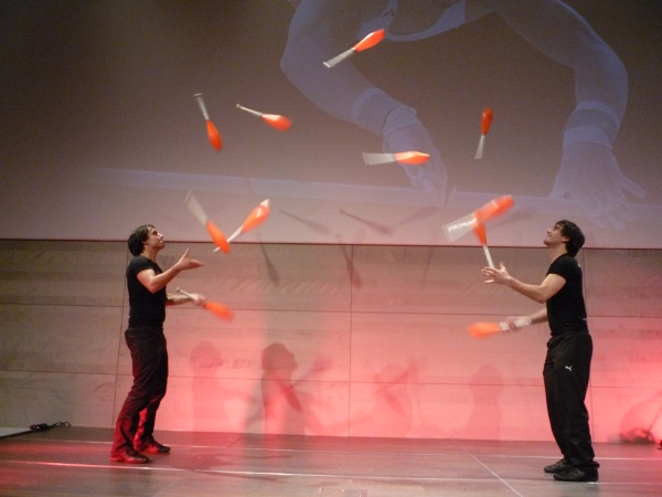 Juggling_Clubs_Manuel_and_Christoph_Mitasch_11_club_passing.jpg